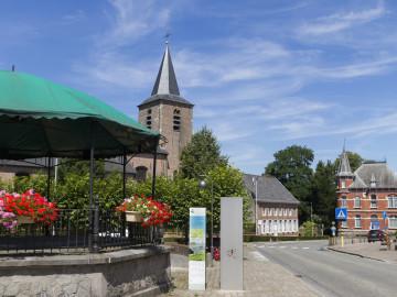 De kiosk en kerk van Sint-Lievens-Esse in de omgeving van Eyndevelde