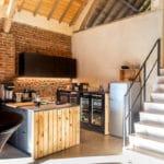 Eyndevelde groepskeuken met zicht op de trap naar de Hooizolder (eetkamer)
